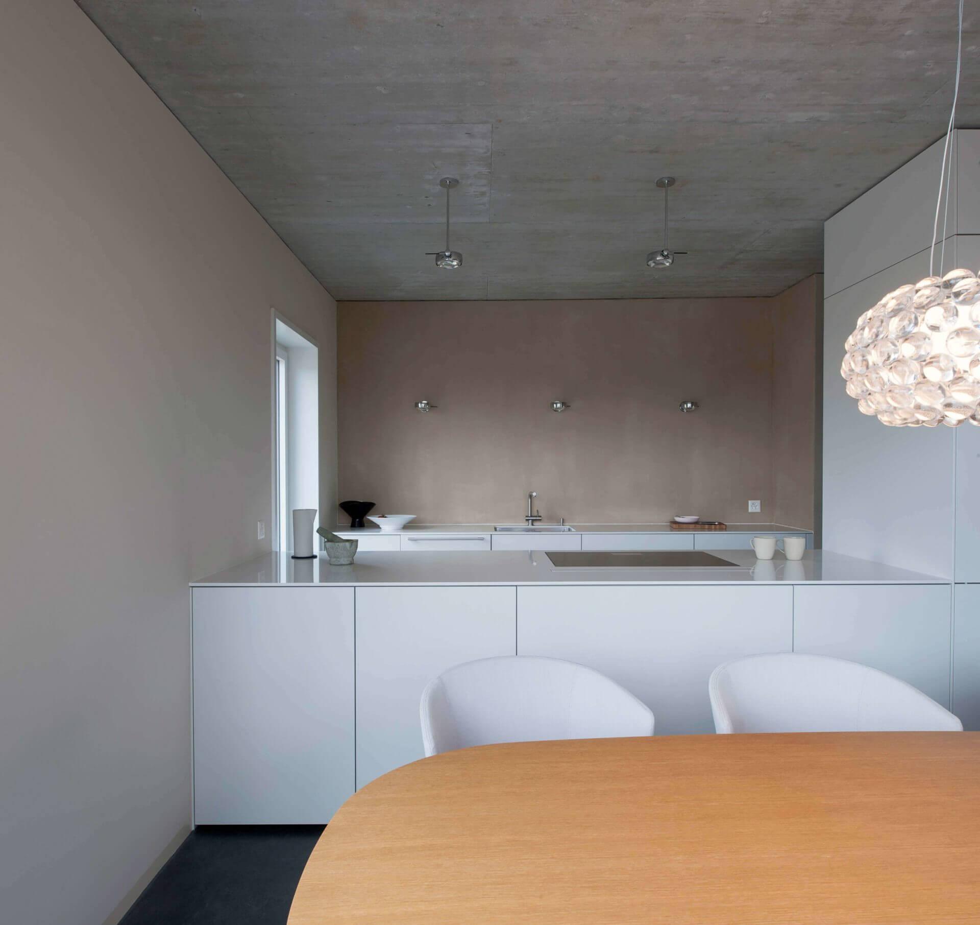 Urbane Einfachheit an der Aare. Farb-, Material- und Einrichtungskonzept inklusive Beleuchtung Neubau Eigentumswohnung, Muri bei Bern
